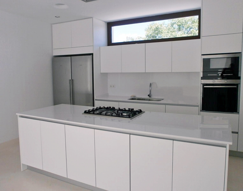 Lovik cocina moderna cocina dm blanco brillo con gola for Cocinas integrales blancas modernas